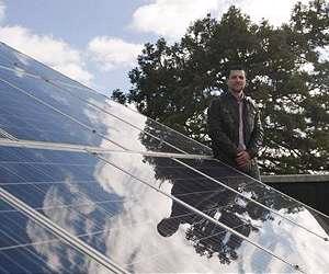 Исследователь Оскар Барамбонез с солнечными панелями